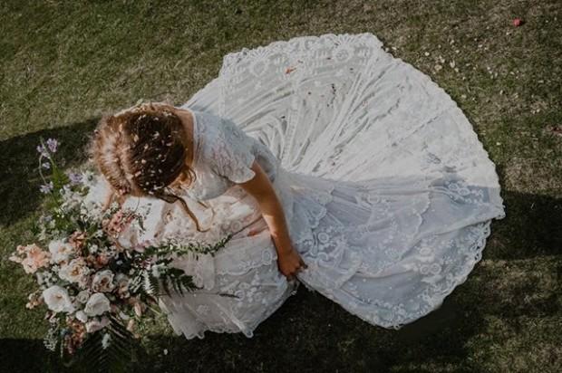 Recém-casada encontrou o seu vestido de noiva com 147 anos graças ao Facebook