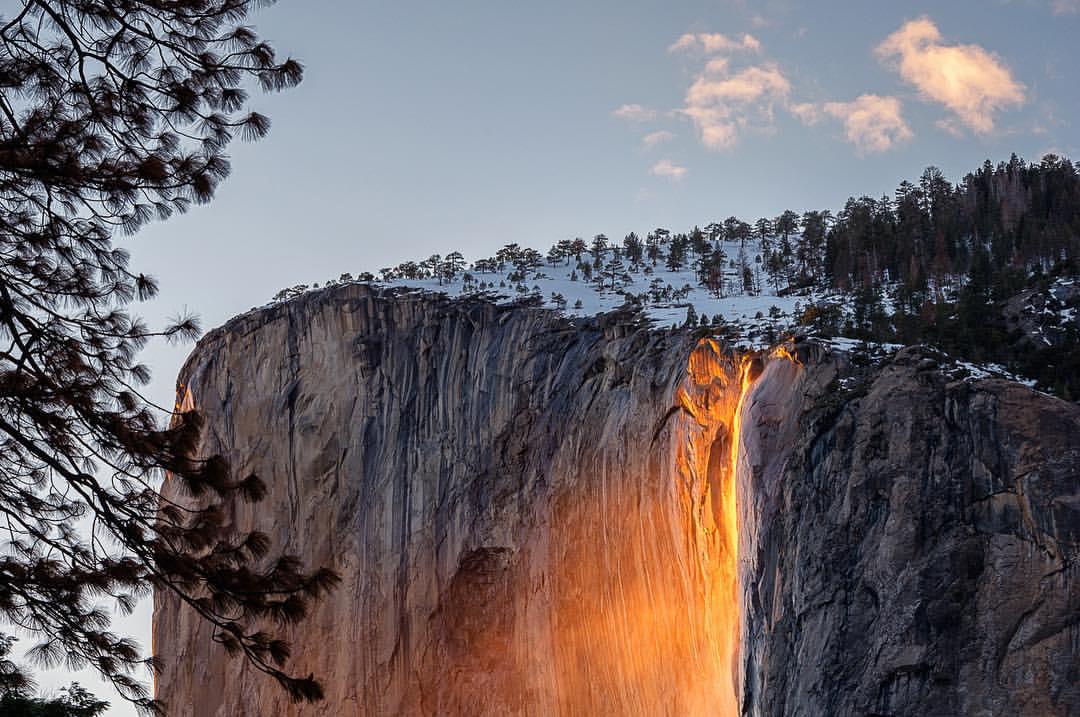 A incidência dos raios solares na cascata produz um efeito reluzente alaranjado