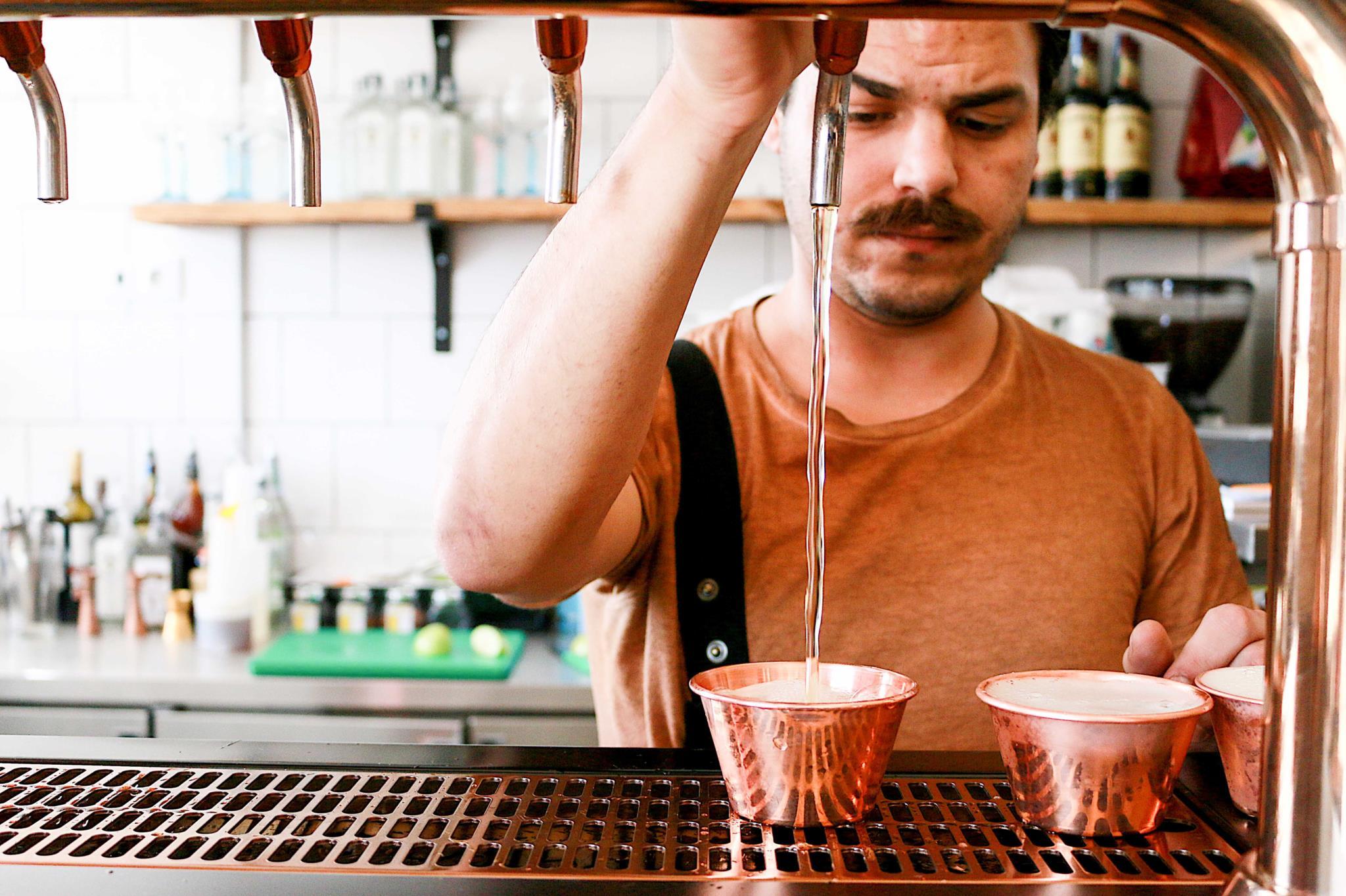Pau (1 euro), uma cerveja do tamanho de lambreta servida numa espécie de pequeno vaso