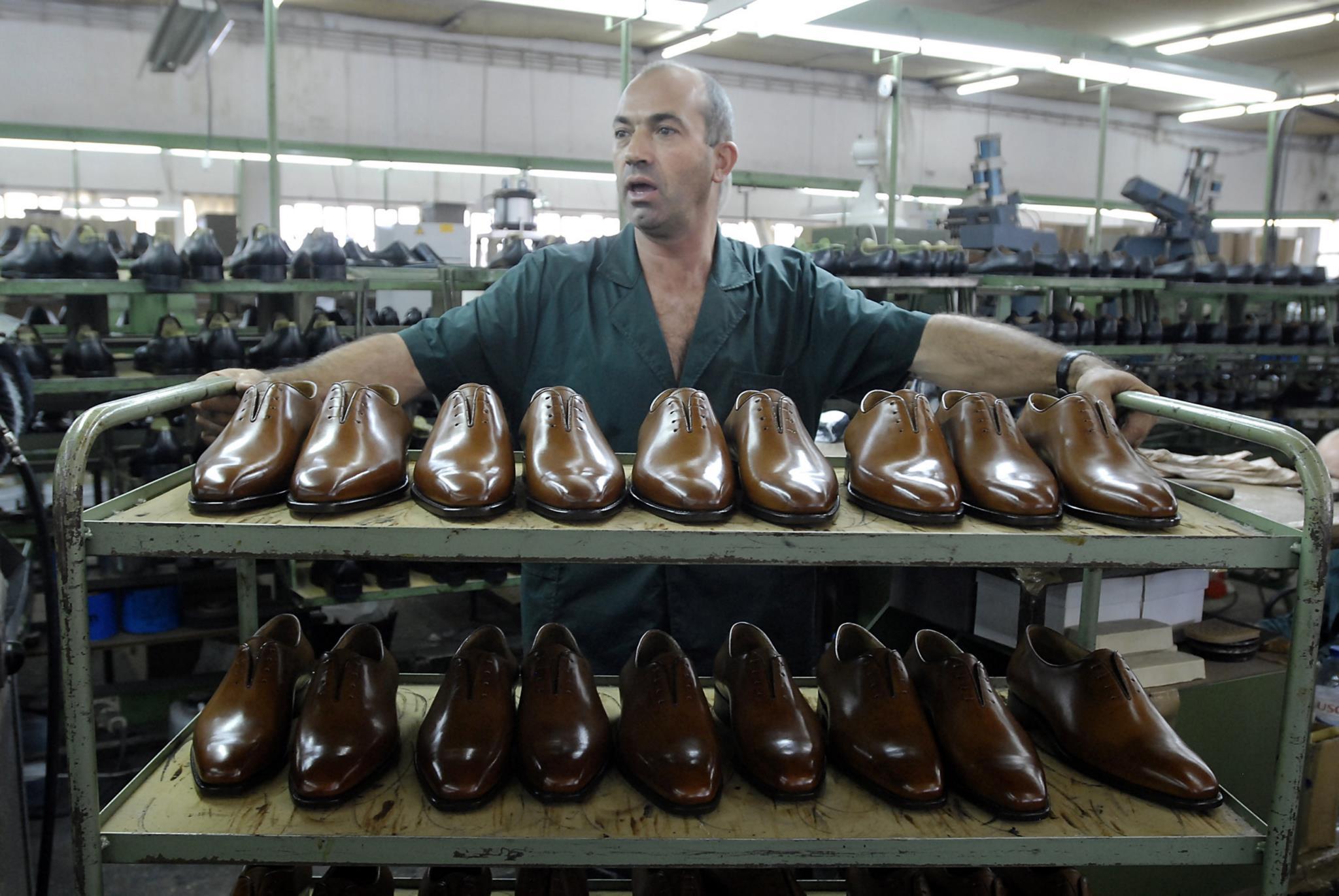 Fabrico de calçado na fábrica Zarco, em São João da Madeira