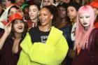 Rihanna nos bastidores com algumas das modelos do desfile