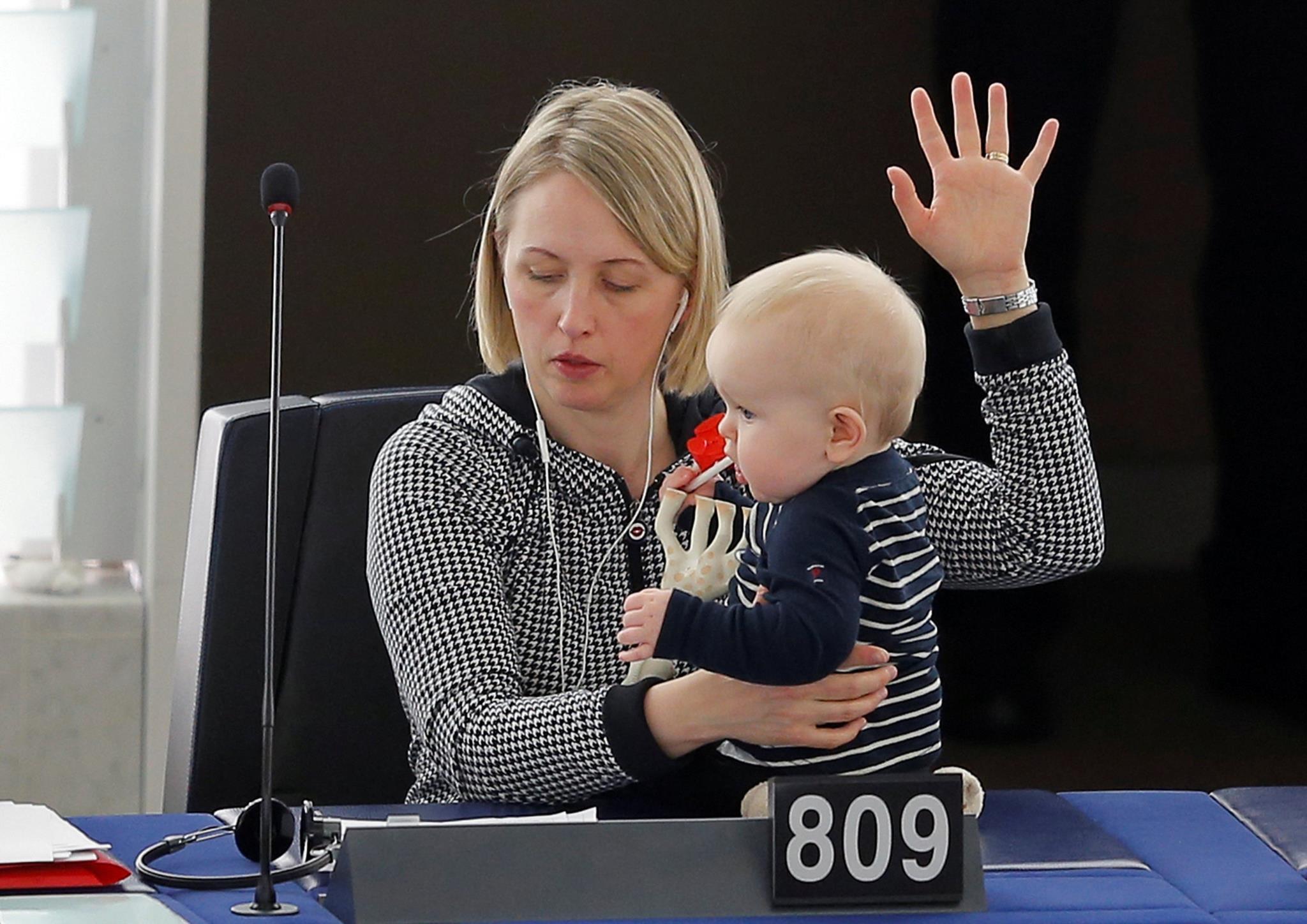 Guteland com a sua bebé ao colo