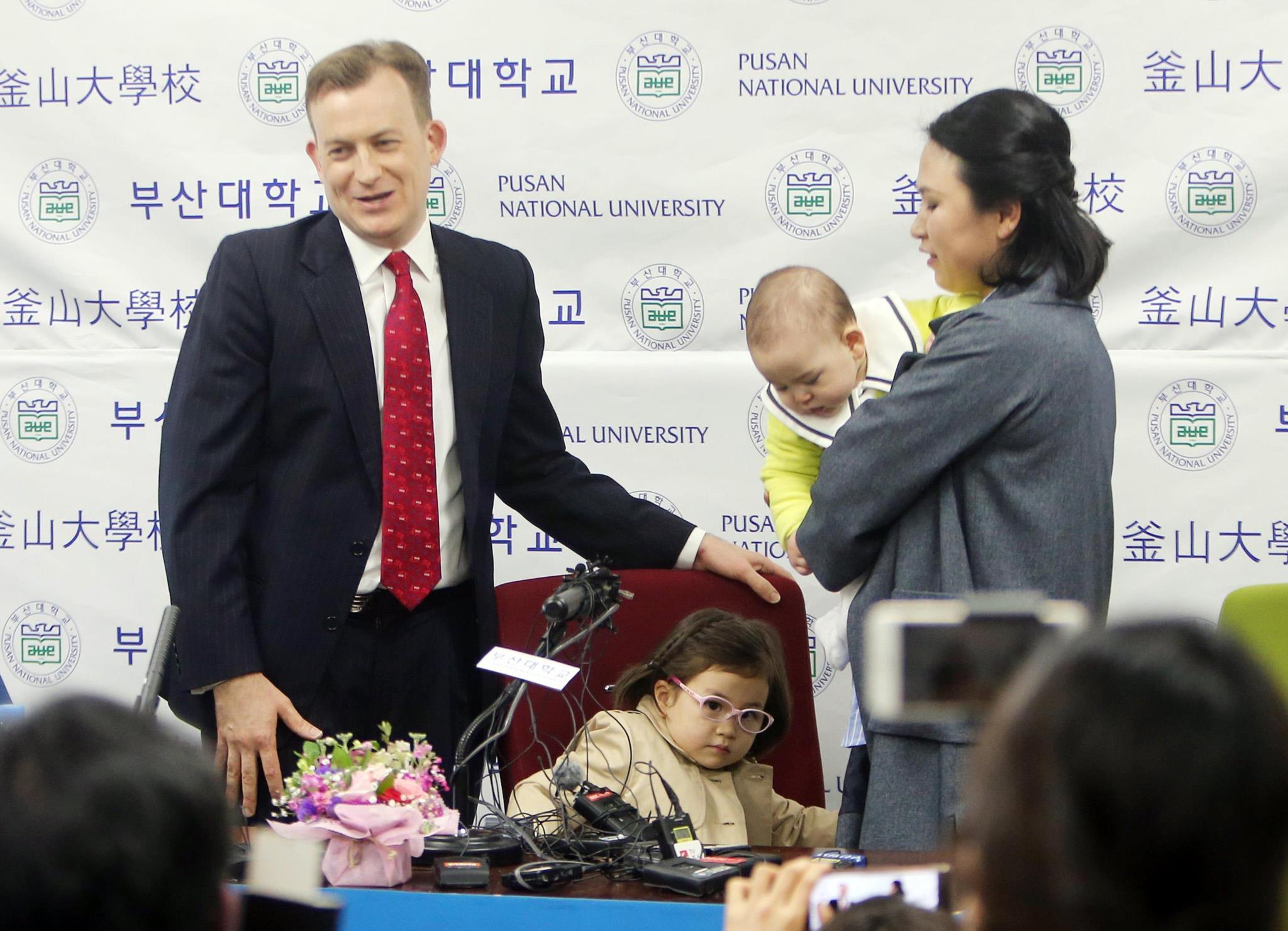 O professor, a mulher e os filhos deram uma conferência de imprensa depois do incidente