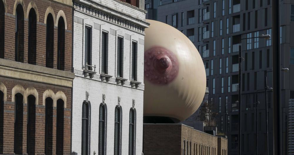 Uma mama gigante para lembrar que amamentar em público é natural