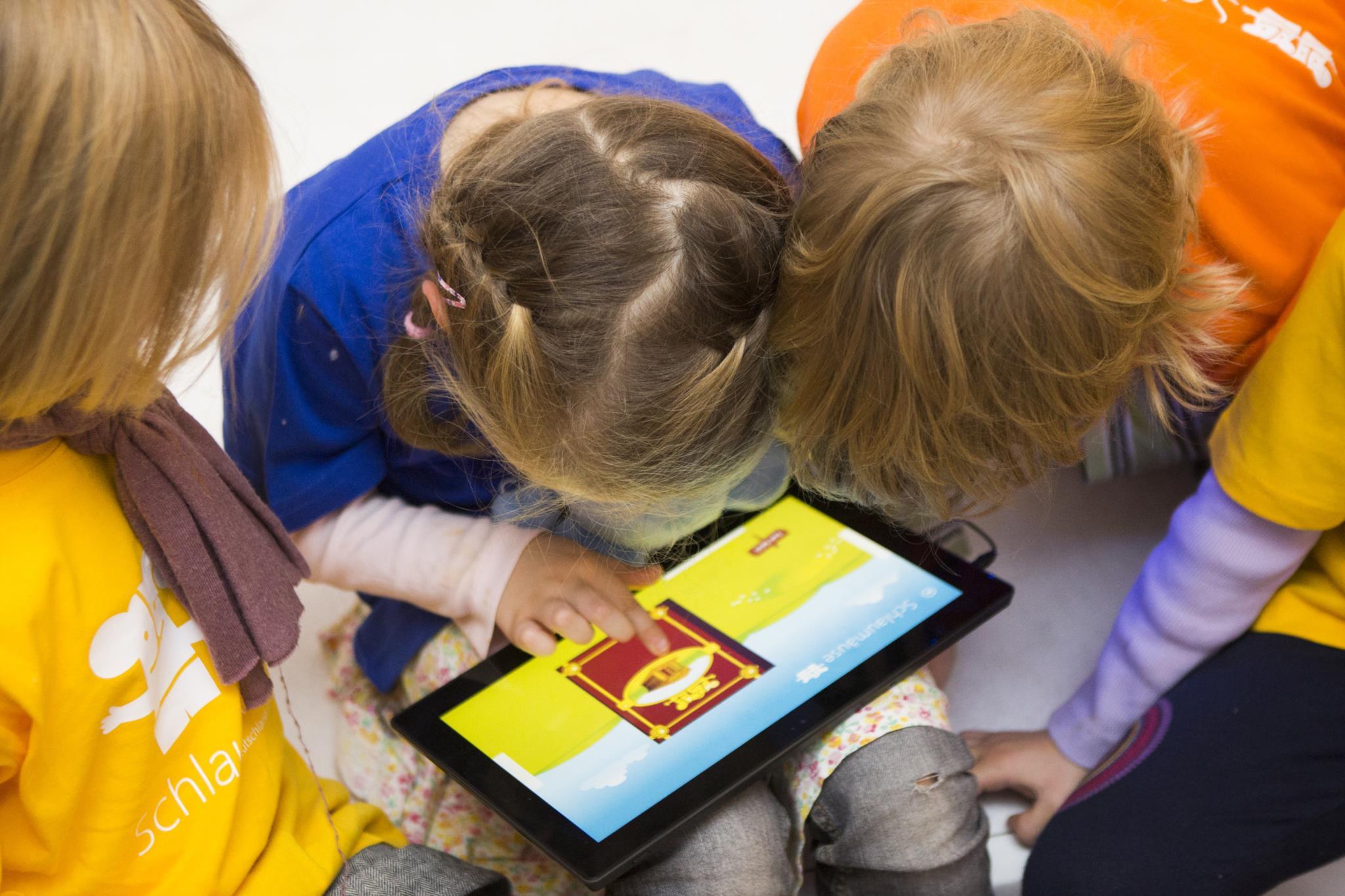 """Estudo sugere que crianças que usam """"smartphones"""" e """"tablets"""" dormem menos"""