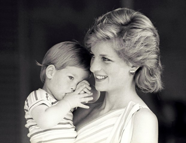 Diana segura o filho mais novo, Harry, ao colo, numa visita a Maiorca, em 1988