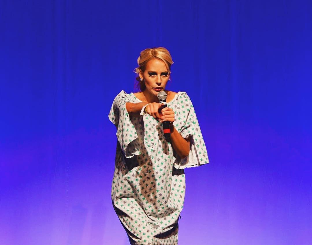 No segmento de talentos dos concursos de miss, Victoria sobe ao palco com roupa de hospital, para dar um discurso