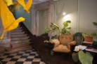 No hall de entrada, os pássaros e o café convidam a subir até ao 1.º andar