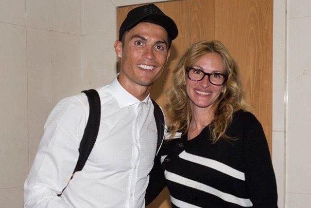 Julia Roberts cumprimentou Cristiano Ronaldo no final do jogo entre o Real Madrid e FC Barcelona
