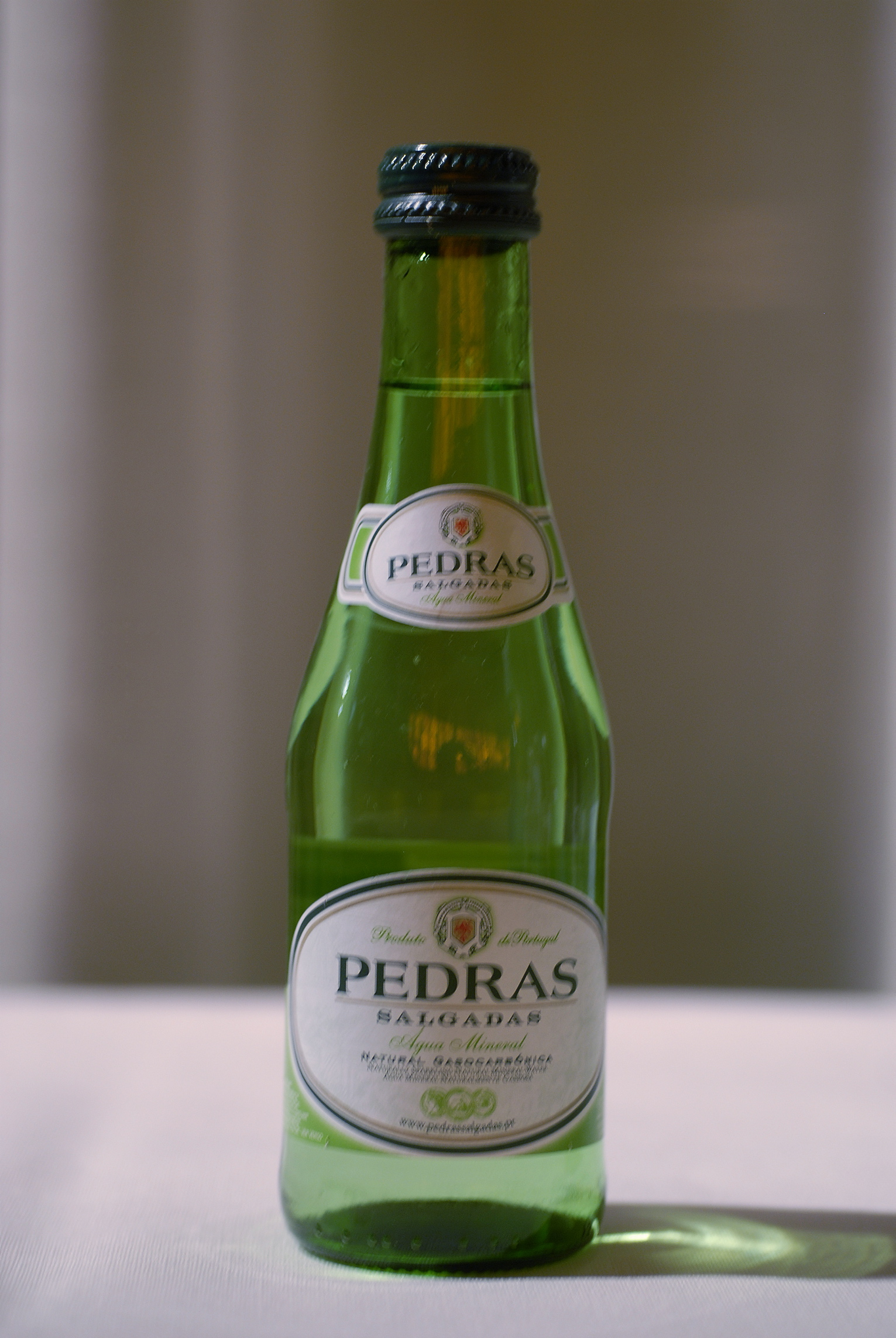 Um bem nunca vem só: a melhor Água das Pedras é a da garrafa mais barata e mais fresca
