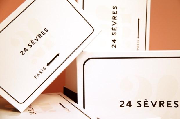 Pacotes de entrega com o logótipo do 24 Sèvres