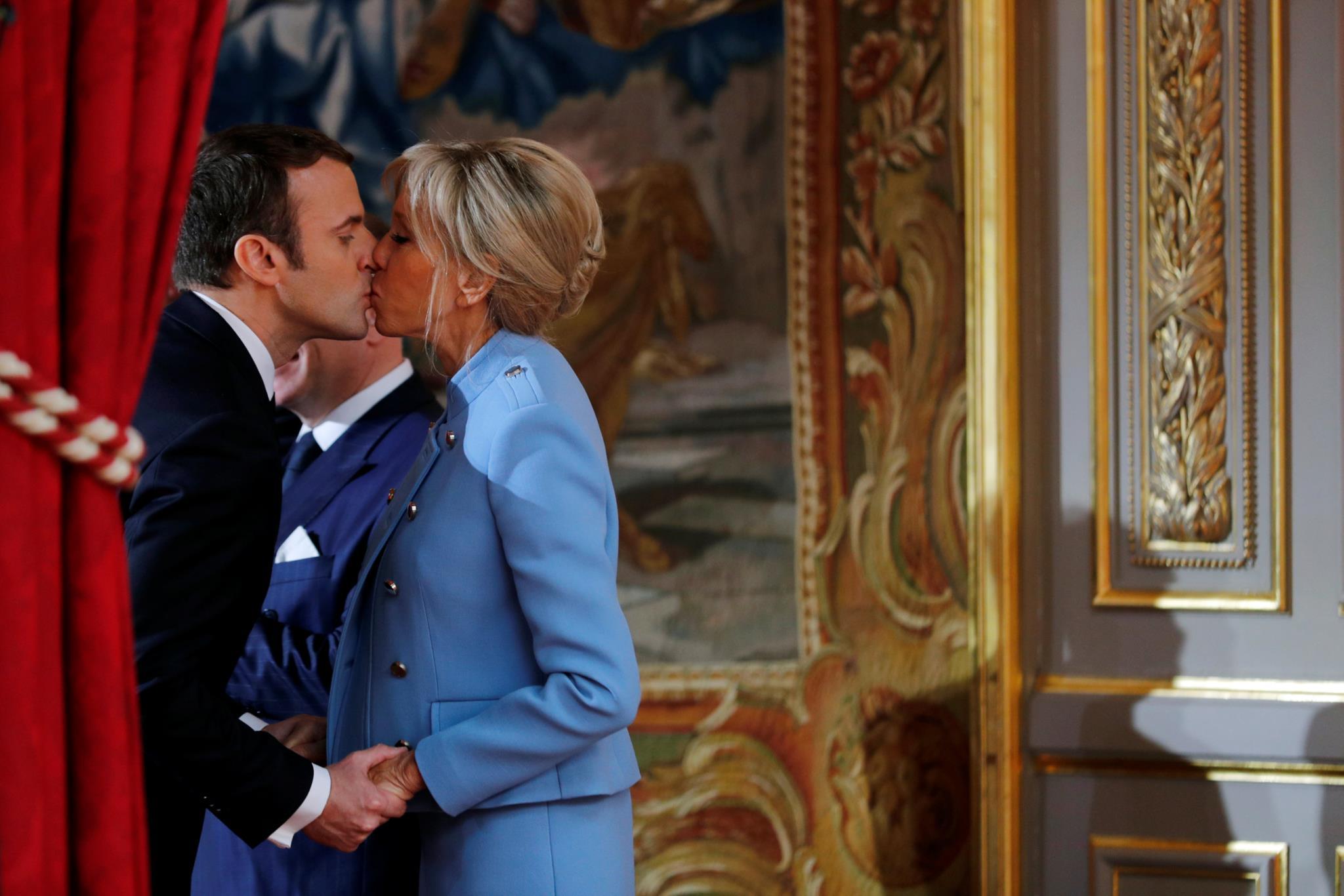 O Presidente Emmanuel Macron beija a mulher Brigitte Trogneux