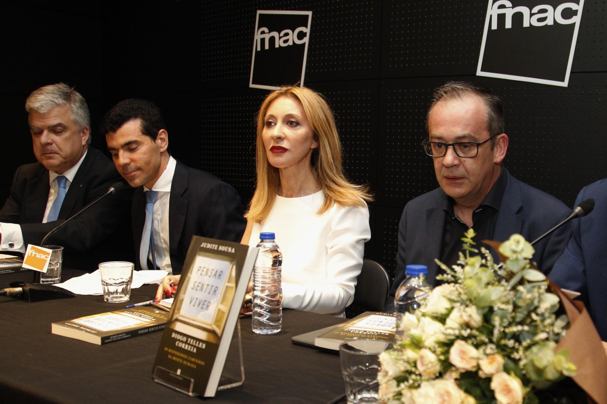 O director da Faculdade de Medicina da Universidade de Lisboa, Fausto Pinto; o professor Diogo Telles Correia e os jornalistas Judite Sousa e José Alberto Carvalho durante o lançamento