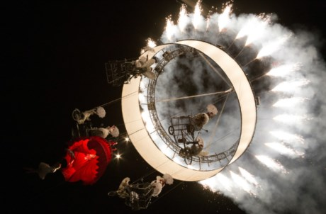 A companhia belga Theater Tol põe anjos a pedalar suspensos no espectáculo multimédia aéreo