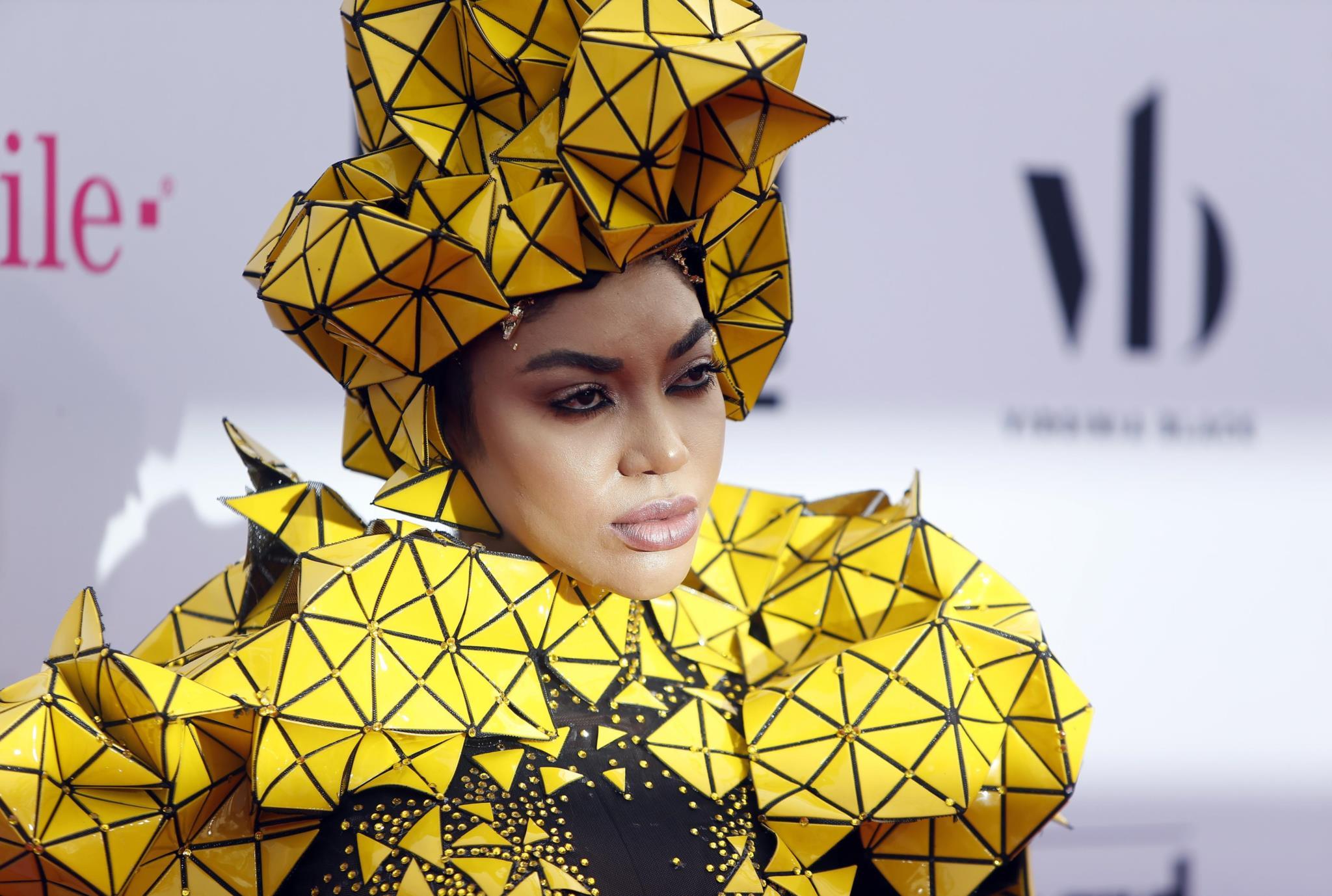 A cantora Dencia pisou a passadeira vermelha num macacão preto e amarelo