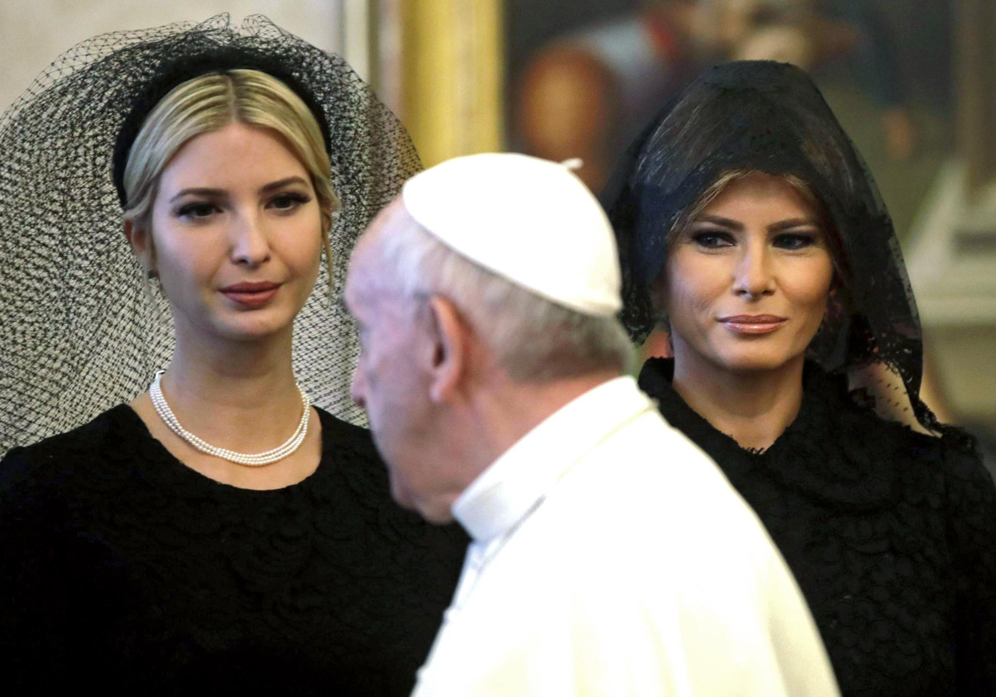 Ivanka e Melania Trump ao lado do Papa Francisco