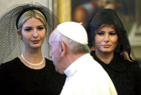 Ivanka e Melania Trump ao lado do Papa Francisco