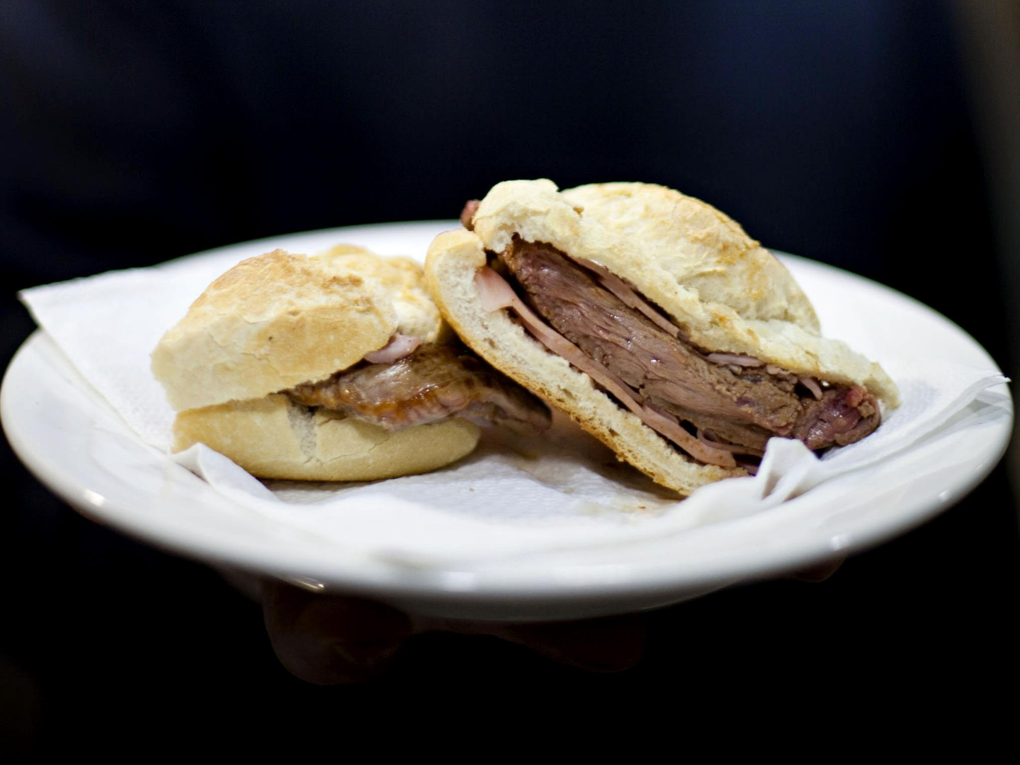No Cortador da Terrugem é impossível não comer um belo preguinho enquanto se espera que fritem as batatas para o bitoque