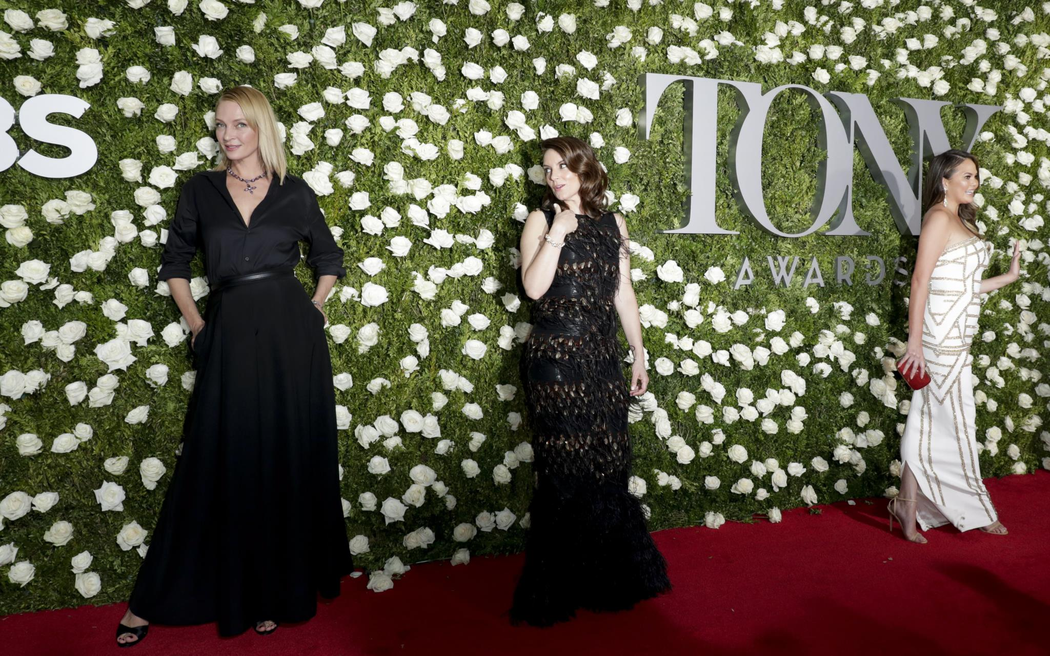 Uma Thurman, Tina Fey e Chrissy Teigen, na passadeira dos Tony Awards