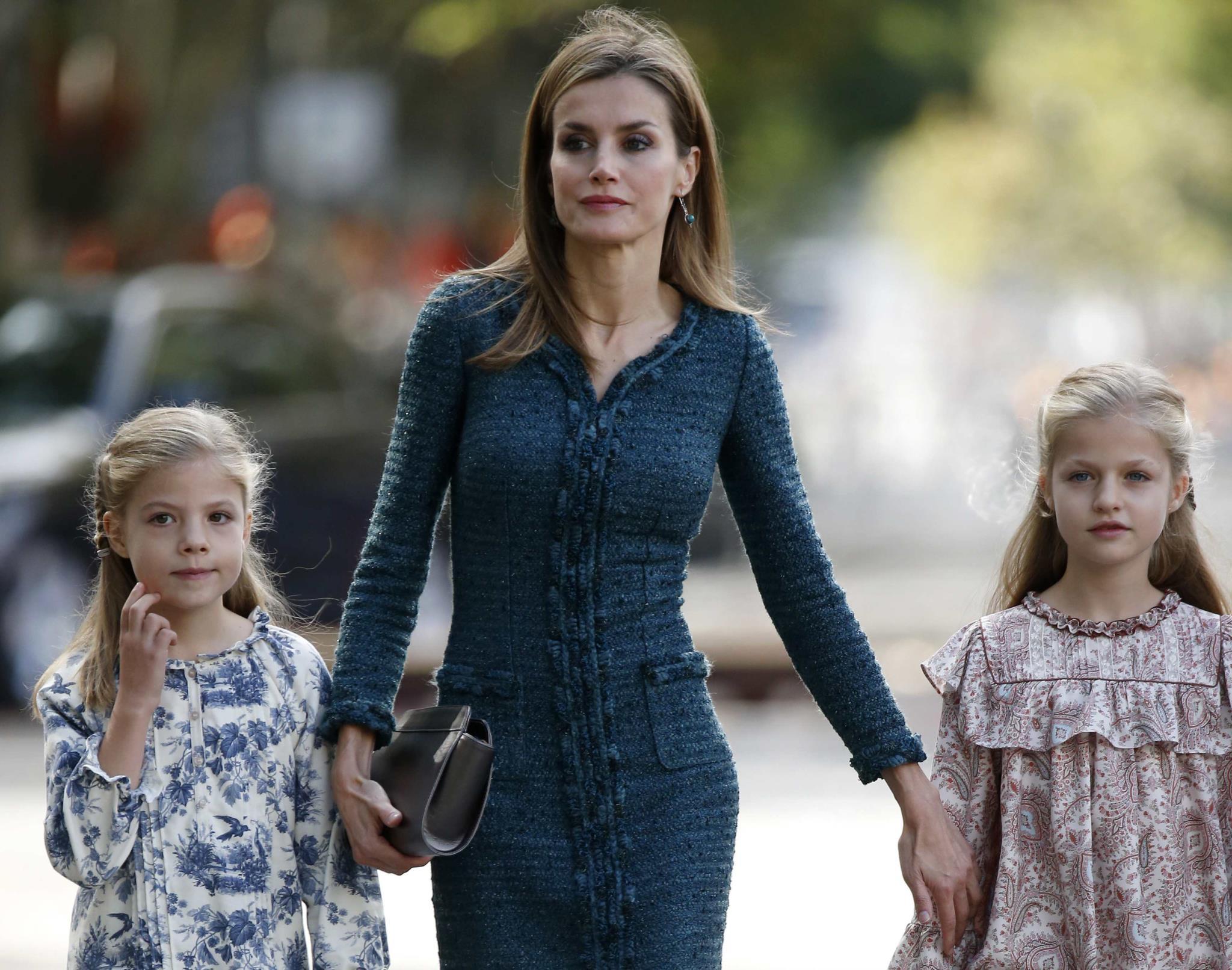 A rainha Letizia e as filhas Sofia (à esquerda) e Leonor (à direita)