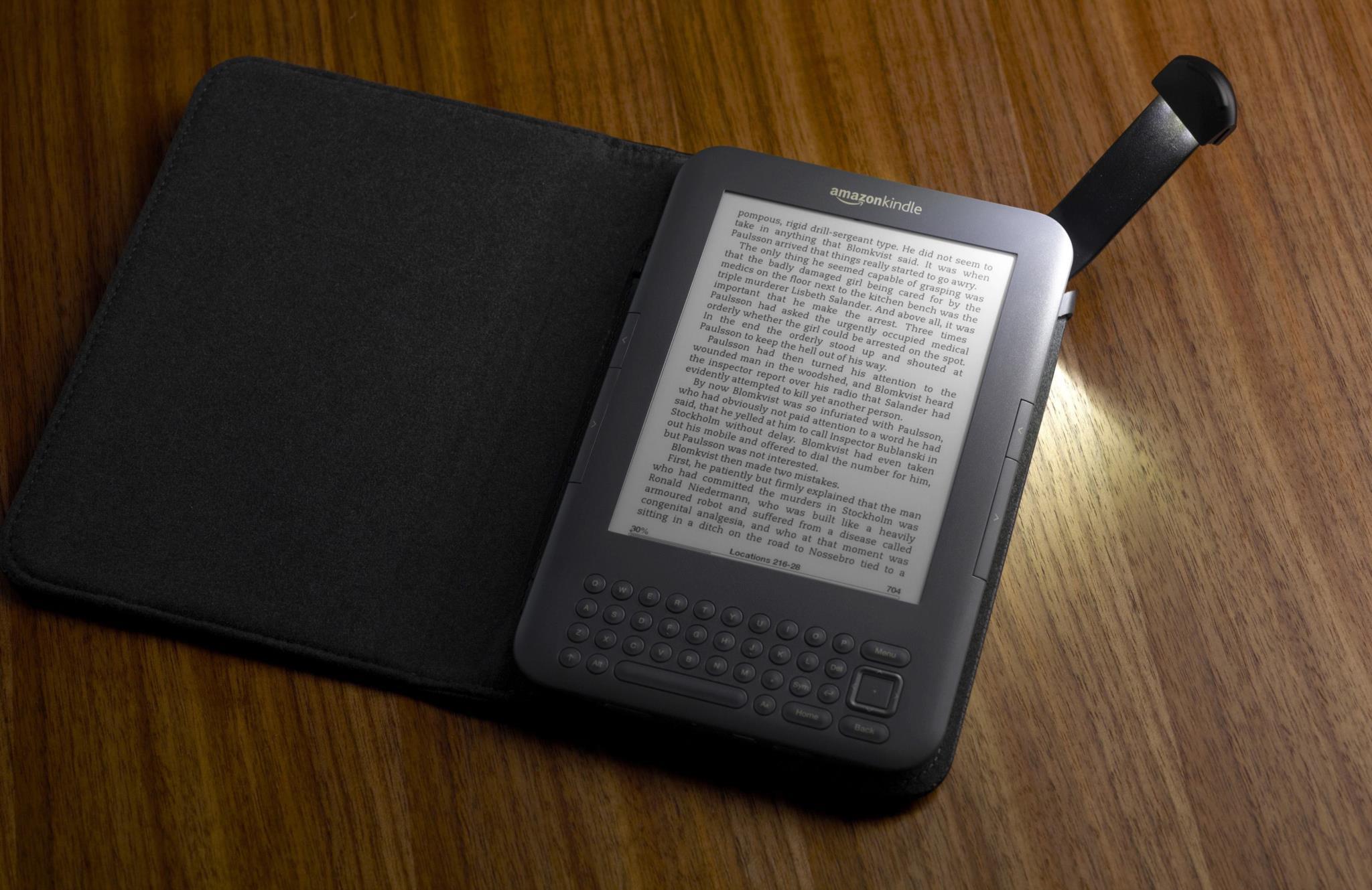 O novo Kindle Oasis é caro mas é levezinho e jeitoso, e dá para segurar 500 livros enormes como se fossem um cartão de aniversário