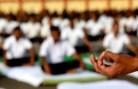 Funcionários do Exército indiano praticam ioga