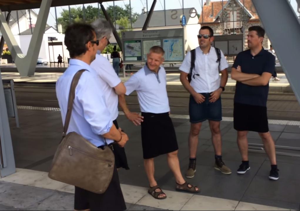 Foram proibidos de usar calções, por isso vestiram saias