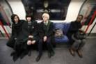 George Massingham, Abbey Forbes e Karolina Goralik viajam de metro vestidos com trajes de Harry Potter