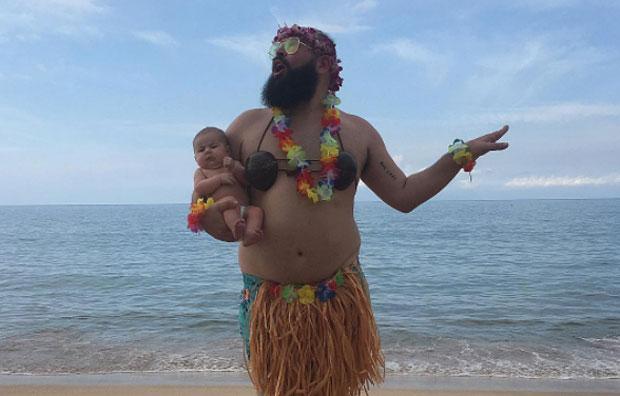 Solomon e a sua bebé mascaram-se para divertir a Internet