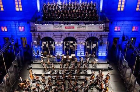 O Coro do Teatro Nacional de São Carlos e a Orquestra Sinfónica Portuguesa interpretam