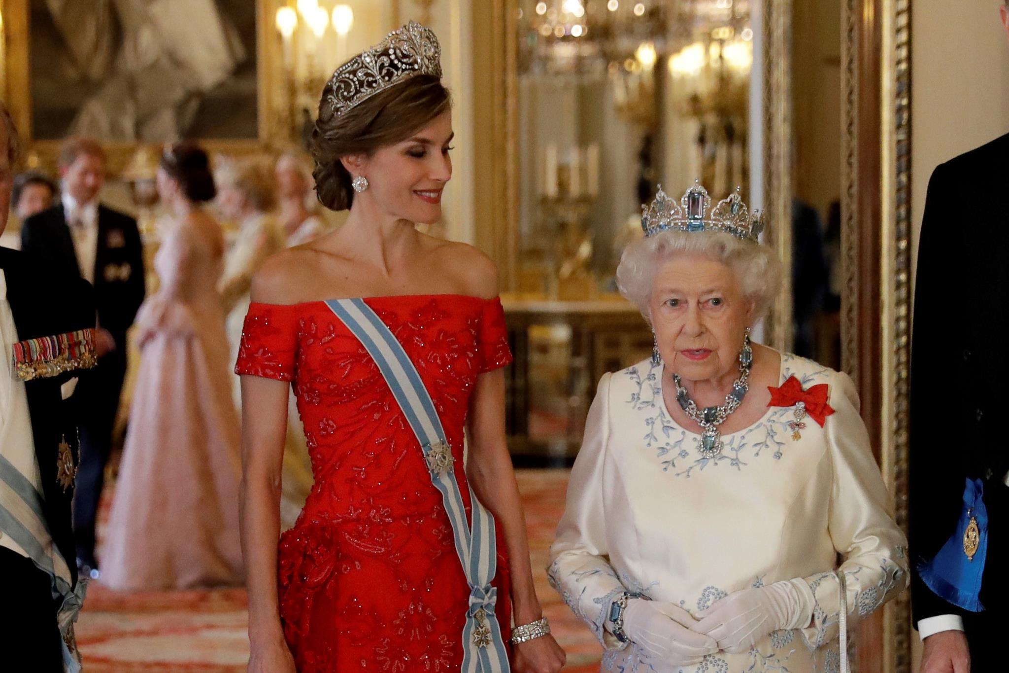 A rainha Letizia e rainha Isabel II pousam antes do banquete de estado, no palácio de Buckingham.
