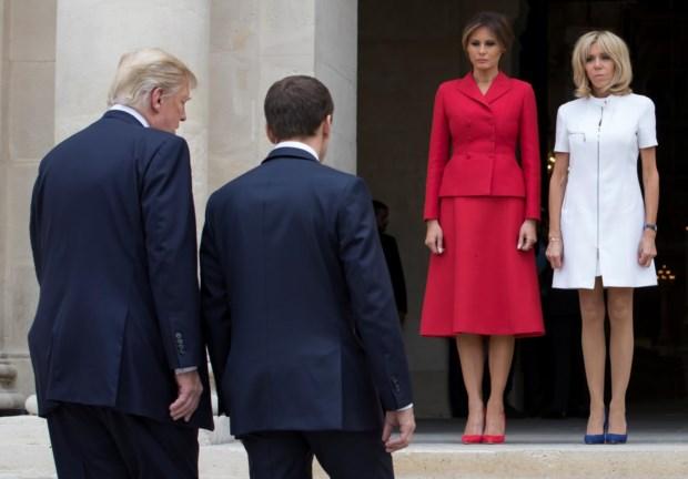 Brigitte Macron e Melania Trump esperam pelos maridos