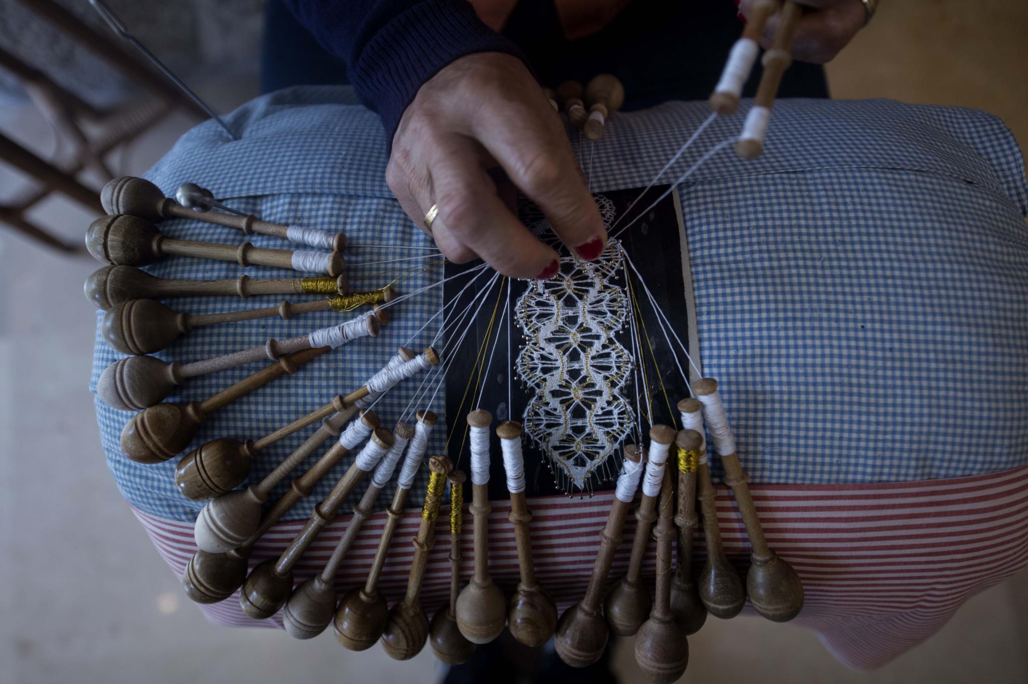 As tradicionais rendas de bilros estão em destaque na Feira Nacional de Artesanato de Vila do Conde