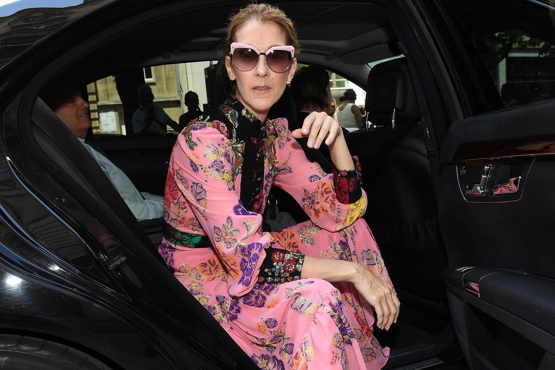 Céline Dion, à saída do seu hotel em Paris, num vestido Gucci