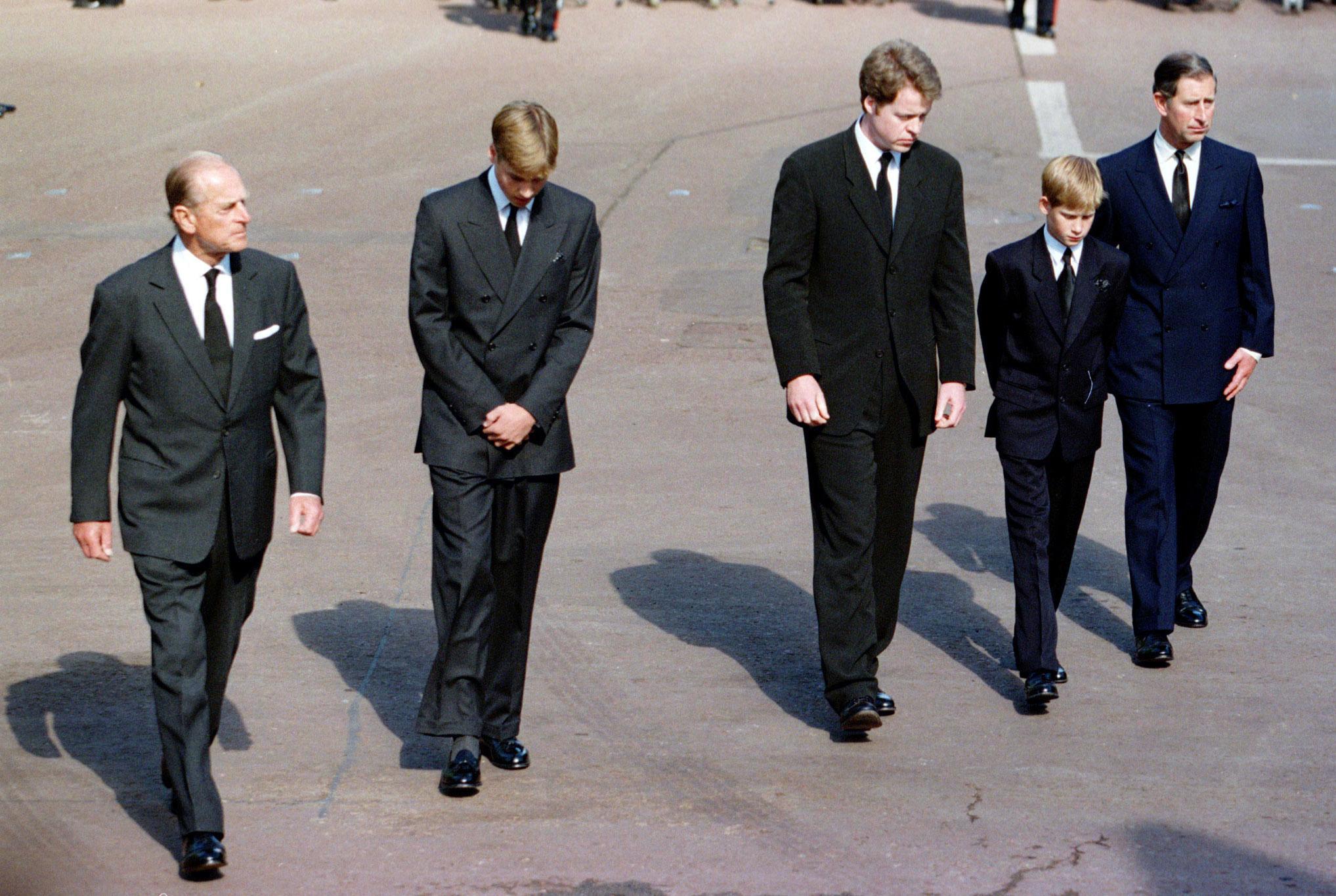 O príncipe Carlos, os filhos William e Harry, o duque de Edimburgo e Earl Spencer caminharam atrás do caixão, no cortejo fúnebre de Diana.