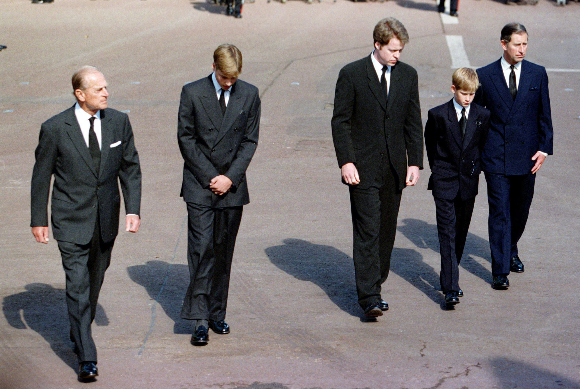 O príncipe Carlos, os filhos William e Harry, o duque de Edimburgo e Earl Spencer caminharam atrás do caixão, no cortejo fúnebre de Diana.