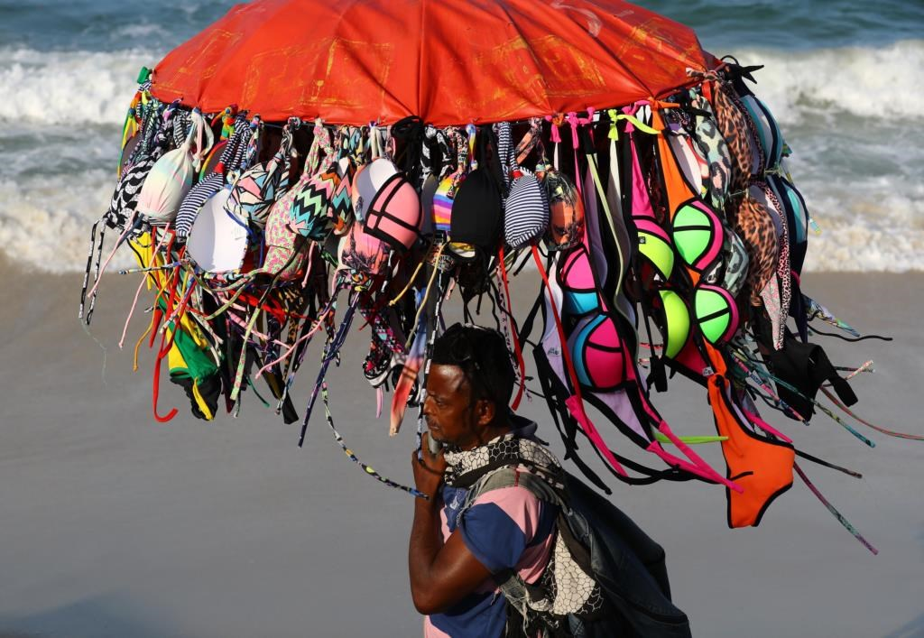 Bikinis à venda na praia de Copacabana