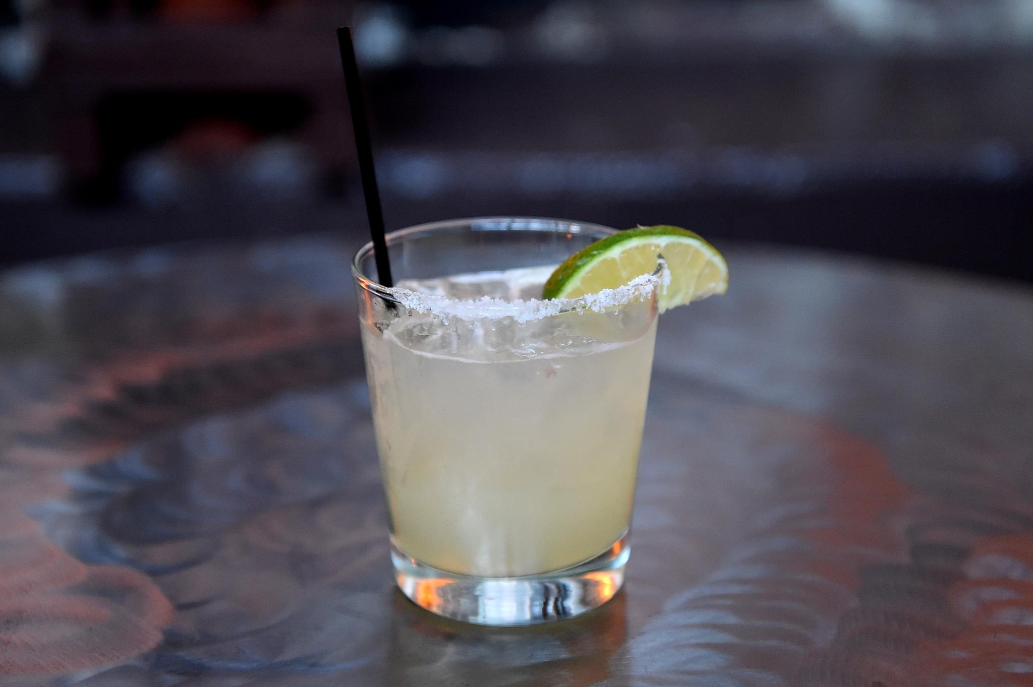 Aprender a fazer uma Margarita perfeita é uma boa maneira de descobrir a fórmula fácil para muitos outros cocktails