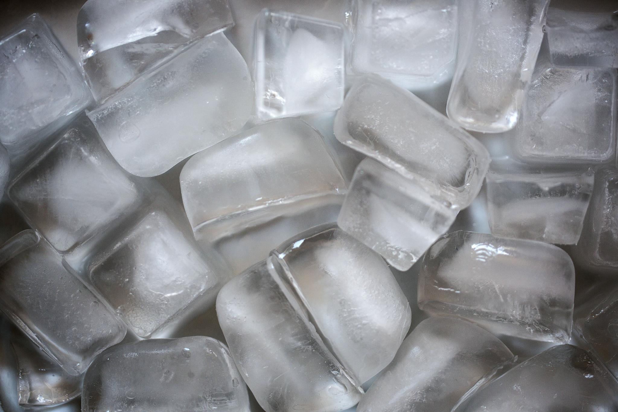 A primeira lição de cocktails é como fazer gelo. É o ingrediente secreto. Sem isso, nada feito