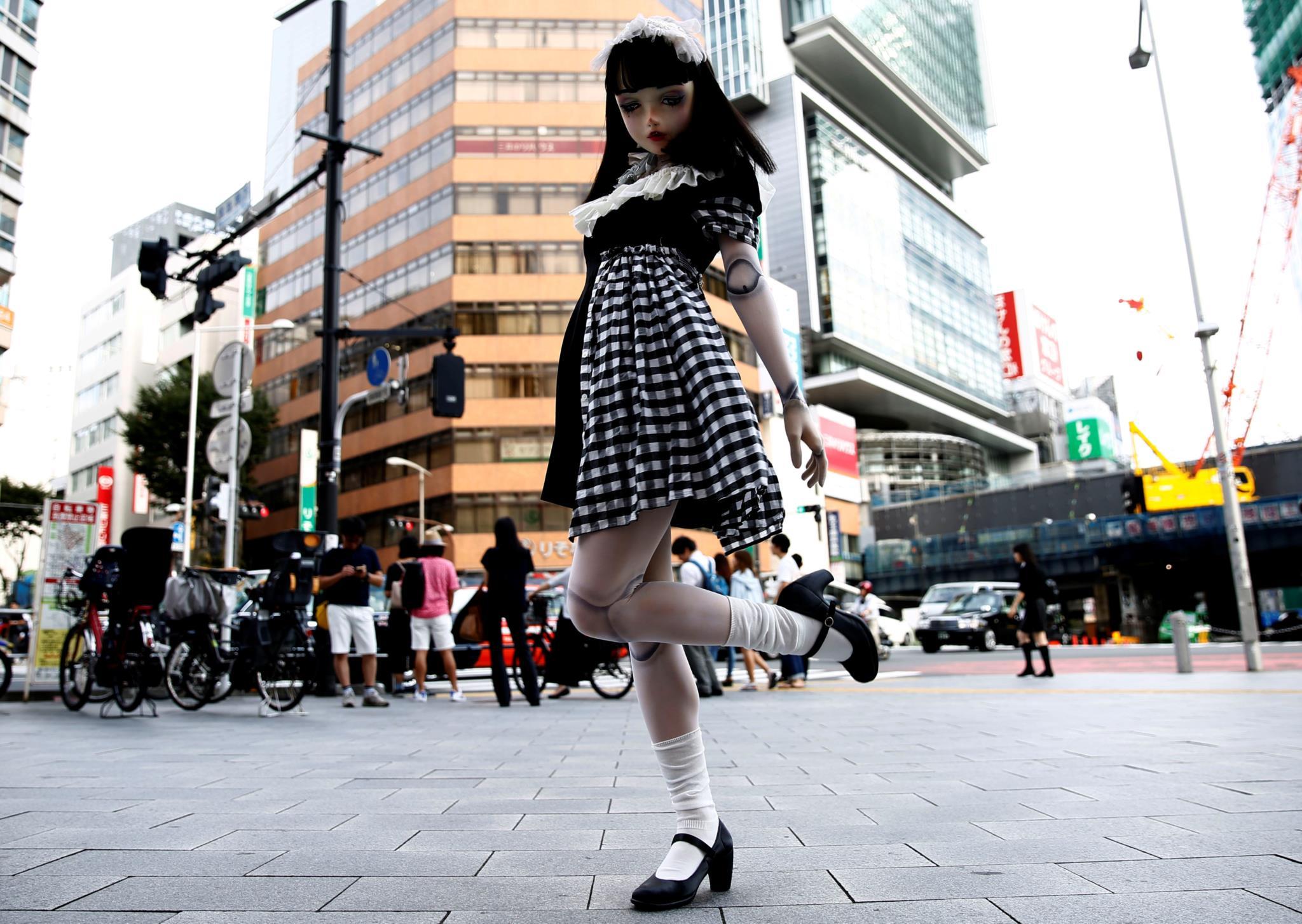 A boneca modelo Lulu Hashimoto nas ruas de Tóquio