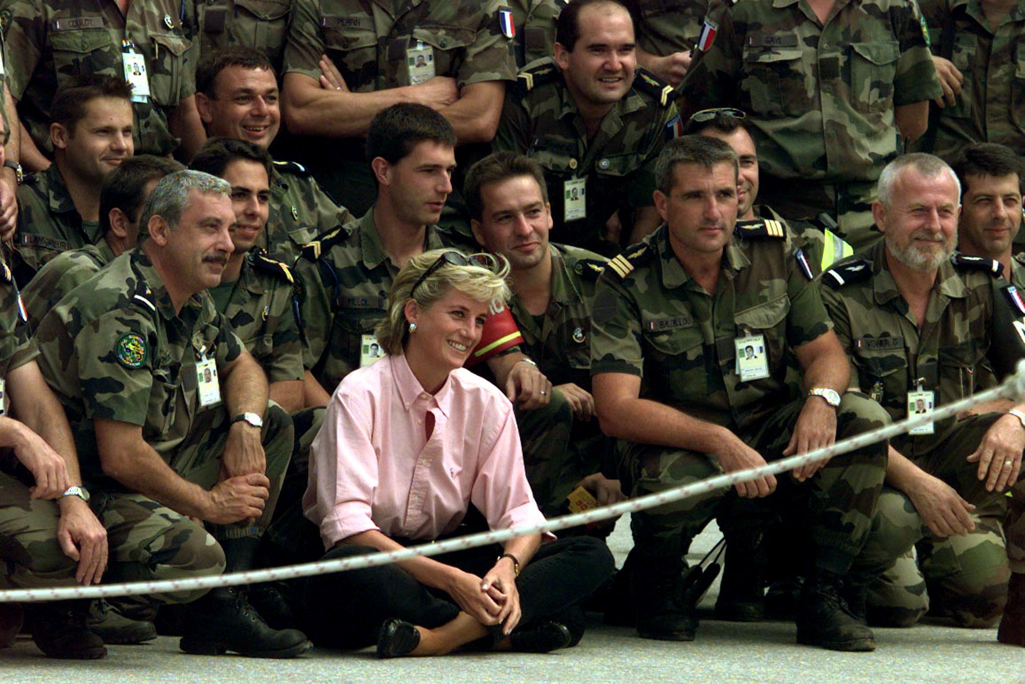 Diana posa com membros dos capacetes azuis franceses, em Agosto de 1997. Viajou para a Bósnia e Herzegovina com o intuito de chamar atenção para as vítimas das minas