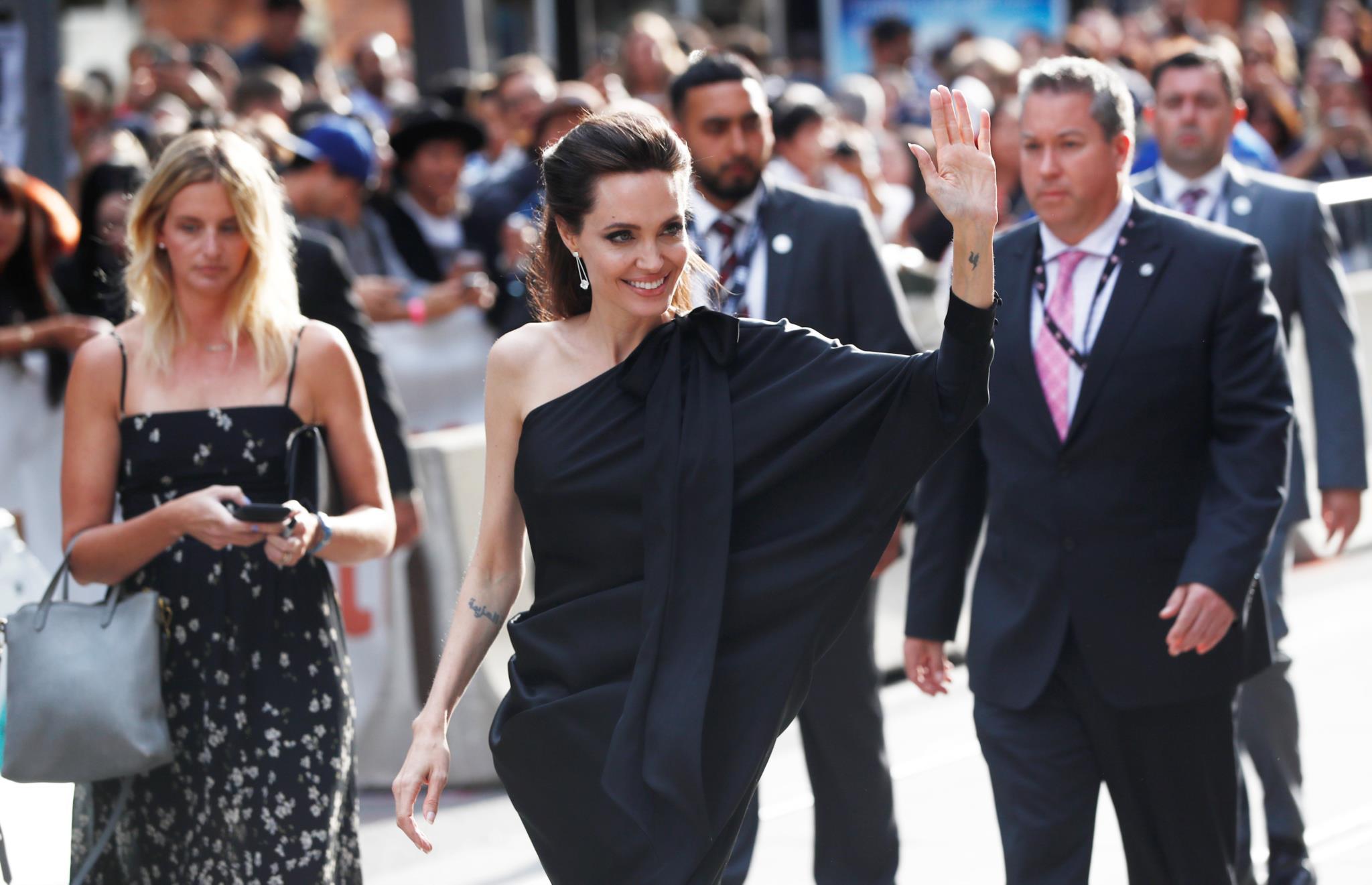 A actriz americana Angelina Jolie, em Ralph & Russo