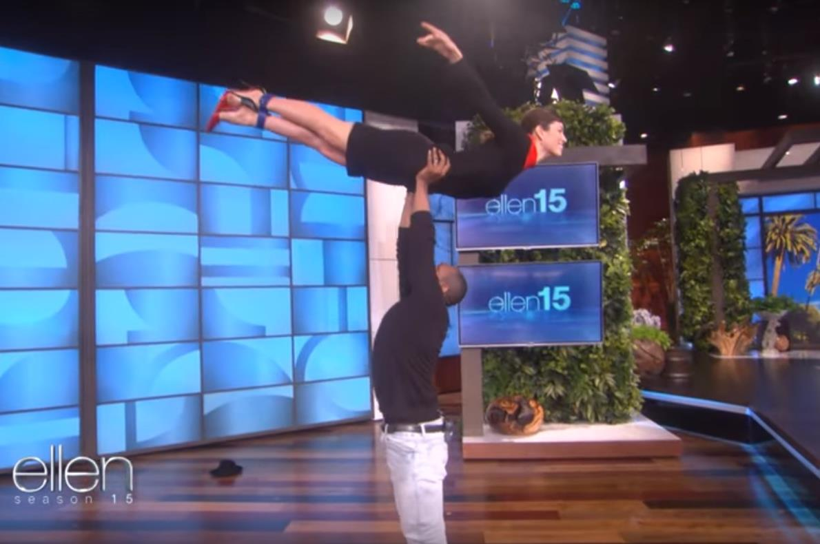 """Jessica Biel faz salto de """"Dirty Dancing"""" no programa de Ellen DeGeneres"""