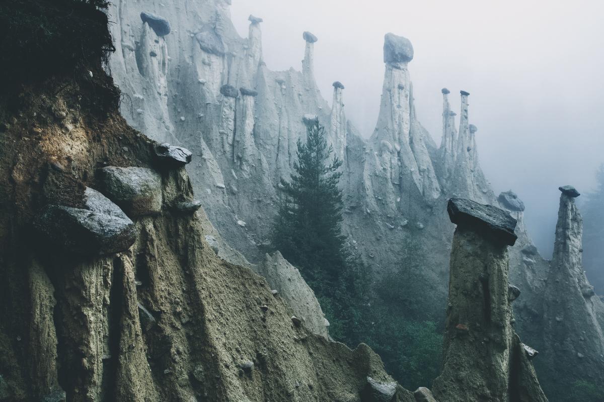 As pirâmides de terra na perspectiva de um fotógrafo daltónico