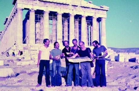 Viagem dos professores da Escola de Belas Artes do Porto à Grécia, em 1976. Da esquerda para a direita: Alexandre Alves Costa, Sérgio Fernandez, José Grade, Alcino Soutinho, Fernando Távora e Álvaro Siza.