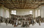 Vestuário retirado das vítimas do genocídio perpetrado na Escola Técnica de Murambi (Ruanda)