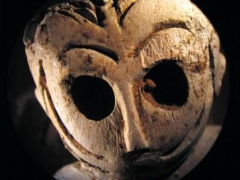 Têm o corpo esguio, bem delineado, tatuagens faciais e olhos grandes que poderiam ter incrustações