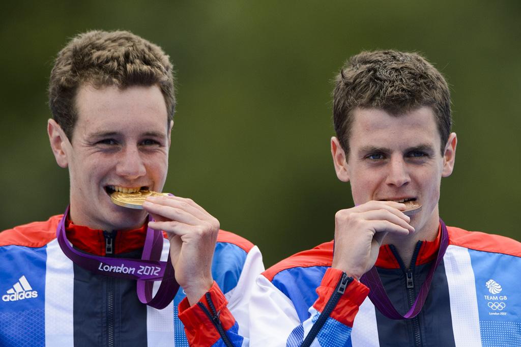 <p>Os irmãos Brownle celebram o ouro e bronze no triatlo e mais duas medalhas para a contagem da Grã-Bretanha</p>