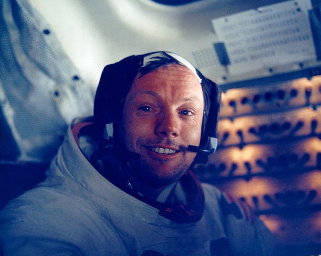Armstrong no interior do módulo lunar Eagle a 20 de Julho de 1969