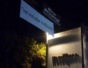 A Faixa foi colocada junto ao principal hotel de Díli